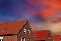 Nuovo tetto rosso contro cielo blu Fotografia Stock