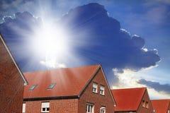 Nuovo tetto rosso contro cielo blu Immagini Stock Libere da Diritti