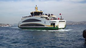 Nuovo tipo di traghetto di Costantinopoli che si prepara per mettere in bacino il pilastro in Eminonu, Costantinopoli Turchia archivi video