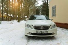 Nuovo Toyota Camry di lusso ha parcheggiato nella periferia alla sera dell'inverno Immagine Stock Libera da Diritti