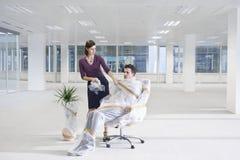 Nuovo ufficio di segretario Unwrapping Businessman In fotografia stock libera da diritti
