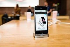 Nuovo ultimo smartphone del Se di iPhone di Apple dai calcolatori Apple Fotografia Stock Libera da Diritti