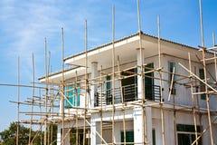 Nuovo underconstruction domestico con l'impalcatura di bambù Fotografia Stock