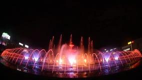 Nuovo Unirii grande metraggio quadrato della fontana di Bucarest dell'inaugurazione dalla nova di Apa archivi video