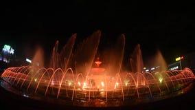 Nuovo Unirii grande metraggio quadrato della fontana di Bucarest dell'inaugurazione dalla nova di Apa video d archivio