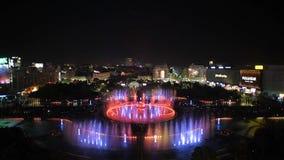 Nuovo Unirii grande metraggio quadrato della fontana di Bucarest dell'inaugurazione dalla nova di Apa stock footage