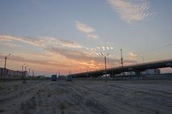 Nuovo Urengoy, YaNAO, a nord della Russia 1° settembre 2017 Tramonto ed albe Il cielo arancio e molto si appanna Ponte nello stre Immagini Stock