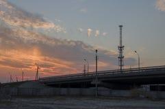 Nuovo Urengoy, YaNAO, a nord della Russia 1° settembre 2017 Tramonto ed albe Il cielo arancio e molto si appanna Ponte nello stre Fotografia Stock