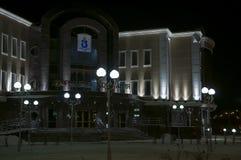 Nuovo Urengoy, YaNAO, a nord della Russia 19 ottobre 2013 Vista sul palazzo di nozze nella notte di inverno Immagine Stock Libera da Diritti
