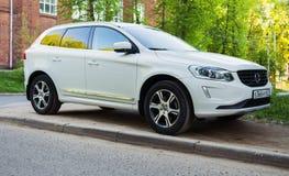 Nuovo Volvo di lusso XC60 ha parcheggiato sulla via di periferia della città di Smolensk Immagini Stock