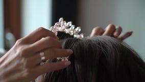 Nupcial componga y peinado Corona real con los cristales y los diamantes almacen de metraje de vídeo