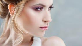 Nuptiale composez Portrait étonnant de profil de jeune belle jeune mariée images stock