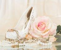 nuptiale s'est levé avec la chaussure et les programmes de mariage Photos stock
