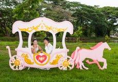 Nuptiale thaïlandais asiatique dans le chariot d'amour Photo libre de droits