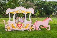 Nuptiale thaïlandais asiatique dans le chariot d'amour Photos libres de droits