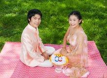 Nuptiale thaïlandais dans le costume thaïlandais de mariage avec des anneaux de mariage Photo stock