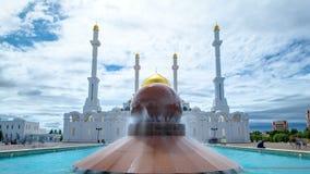 Nur Astana-moskee buiten met de fontein bij de voorgrond timelapse hyperlapse in Astana, Kazachstan stock footage