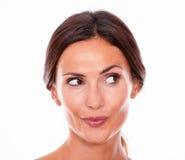 Nur attraktive lächelnde junge Frau des Brunette Lizenzfreie Stockfotos