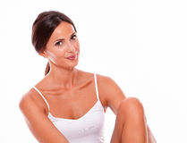 Nur attraktive lächelnde junge Frau des Brunette stockfoto