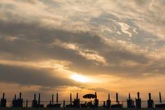 Nur ein Strandschirm offen bei Sonnenuntergang, Sommerende lizenzfreies stockbild
