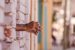 Nur Hände vom Fenster Lizenzfreies Stockbild