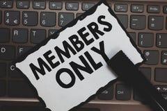Nur Handschriftstext Mitglieder Die Konzeptbedeutung, die auf eine Einzelperson begrenzt ist, gehört einer Gruppe oder einer Weiß stockfoto