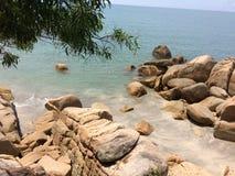 Nur Meer mit Stein lizenzfreies stockbild