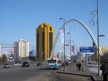 Nur-Sultan Astana, il Kazakistan, il 20 marzo 2011 Vista alle costruzioni ed al ponte della città sopra il fiume di Išim fotografia stock