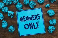 Nur Wortschreibens-Text Mitglieder Geschäftskonzept für begrenztes zu einer Einzelperson gehört einer Gruppe oder einem blauen Pa lizenzfreie stockfotos