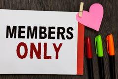 Nur Wortschreibens-Text Mitglieder Geschäftskonzept für begrenztes zu einer Einzelperson gehört einer Gruppe oder einem offenen N lizenzfreies stockfoto