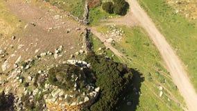 Nuraghe στη Σαρδηνία που βλέπει με τον κηφήνα απόθεμα βίντεο