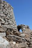 Nuraghe es un edificio antiguo típico de la roca de la isla de Cerdeña - Italia foto de archivo
