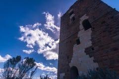 Nuraghe in Sardinige met hommel wordt gezien die stock foto