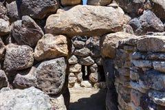 Nuragic fördärvar av den arkeologiska platsen av Barumini i Sardinia arkivbild