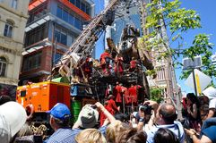 Nurek marionetka z żurawiem i Puppeteers: Podróż giganty: Perth, Australia zdjęcie royalty free