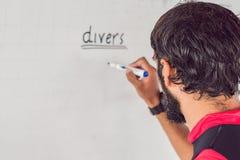 Nurek pisze markiera na desce obraz royalty free