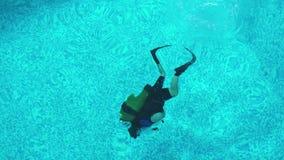 Nurek trenuje nurkować w basenie, pływa pod wodą zbiory