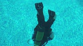 Nurek trenuje nurkować w basenie, pływa pod wodą zdjęcie wideo