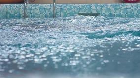 Nurek trenuje nurkować w basenie, skacze w wodę zbiory