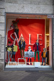 NUREMBERG, ALEMANHA - 23 DE DEZEMBRO DE 2013: Montra com os manequins em processo da decoração para a venda, Nuremberg, Alemanha Imagem de Stock