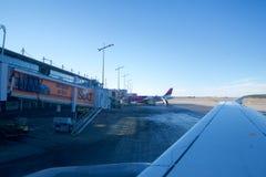 NUREMBERG, ALEMANHA - 20 de janeiro de 2017: Ideia da janela dos aviões do terminal de aeroporto do avental do aeroporto de Nurem Fotografia de Stock