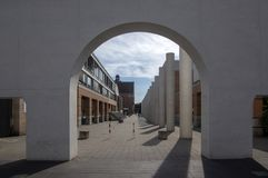 Nuremberg/ALEMANHA - 17 de setembro de 2018: Arquitetura moderna - maneira de direitos humanos com colunas imagens de stock