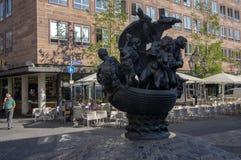 Nuremberg/ALEMANHA - 17 de setembro de 2018: Navio dos tolos - escultura interessante da estátua colocada na rua de Nuremberg fotografia de stock