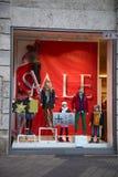 NUREMBERG, ALEMANIA - 23 DE DICIEMBRE DE 2013: Escaparate con los maniquíes en curso de decoración para la venta, Nuremberg, Alem Imagen de archivo