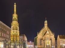Nuremberg Alemania, fuente hermosa e iglesia Frauenkirche fotografía de archivo