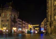 Nuremberg, Alemania-noche - mercado de la Navidad (Christkindlesmarkt) Foto de archivo libre de regalías