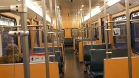 Nuremberg, Allemagne - 3 décembre 2018 : Presque vide les trains de métro de voiture de souterrain à l'intérieur Inscriptions en  banque de vidéos