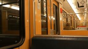 Nuremberg, Allemagne - 3 décembre 2018 : Presque vide les trains de métro de voiture de souterrain à l'intérieur Inscriptions en  clips vidéos