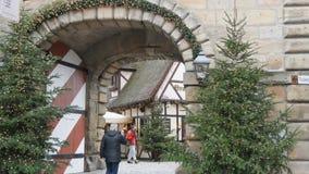 Nuremberg, Allemagne - 5 décembre 2018 : Vue de la porte de la ville Noël-décorée Noël catholique en Europe banque de vidéos