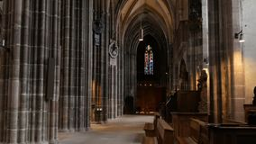 Nuremberg, Allemagne - 1er décembre 2018 : À l'intérieur de la vue de l'église de St Lorenz à Nuremberg Vieilles colonnes grandes banque de vidéos